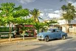 "US-Oldtimer ""Plymouth"" vor Marktstand in der Ave 3RA / calle 42 in Miramar, Havanna, Cuba, 30.01.2015 [(c) Christian Behring, www.christian-behring.com]"