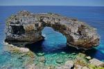 """""""Cala Santanyi"""", von Felsen gerahmte Bucht mit dem Felsen """"Es Pontas"""" im Suedosten von Mallorca, 24.06.2016 (Photo: Christian Behring)"""