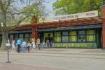 """Besucher warten auf den Einlass am Eingang Baerenschaufenster, """"Tierpark oeffnet wieder"""", Berlin, 28.04.2020"""