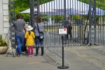"Familie wartet auf Einlass am Eingang Schloss Friedrichsfelde, ""Tierpark oeffnet wieder"", Berlin, 28.04.2020"