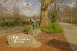 """Tierpark Berlin in Friedrichsfelde, Tiger - Skulptur von Philipp Harth vor dem Tierparkeingang am Schloss Freidrichsfelde, """"STADTANSICHTEN"""", Berlin, 03.04.2020"""