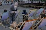"""""""TIMEBANK"""", Revier Suedost, Berlin, 03.07.2021 (weitere Vorstellungen: 4., 9., 10., 11.7.2021), Für das Revier Südost in Berlin Schöneweide wird Grotest Maru die Fassaden-Inszenierung Timebank an die besonderen architektonischen Potenziale des Ortes adaptieren - die Künstler:innen agieren aus Fenstern, seilen sich mit Klettertechnik ab und präsentieren atemberaubende Szenerien."""