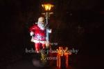 """Weihnachtsmann mit Buch an der Laterne, """"Weihnachten im Tierpark"""" (21.1119 - 05.01.2020), Lichtfest im Tierpark, Berlin, 01.12.2019"""