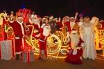 """Photo Call mit den Weihnachtsmaennern vor dem Schloss Friedrichsfelde, """"Weihnachten im Tierpark - Weihnachtsmannvollversammlung"""", Tierpark, Berlin, 01.12.2019"""