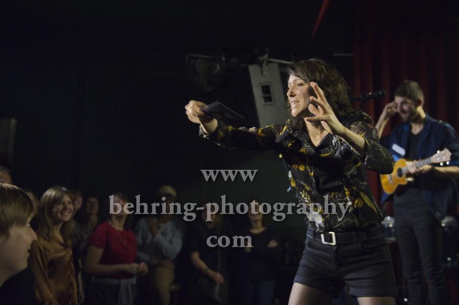 CARROUSEL, Sophie Burande wirft eine Postkarte ins Publikum, Konzert im Privatclub, Berlin, 21.11.2017 (Photo: Christian Behring)