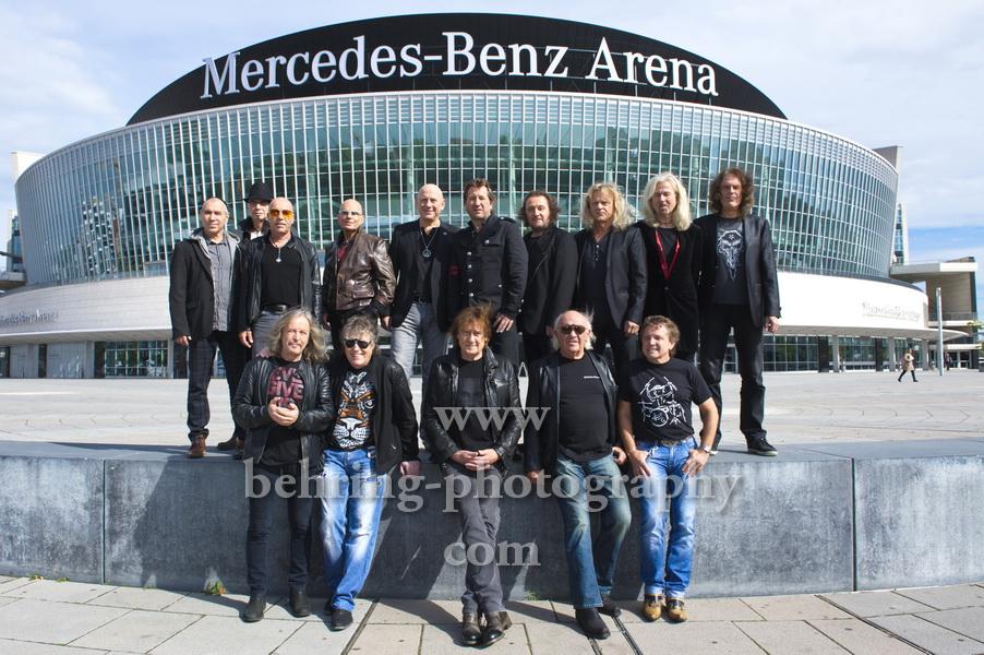 """Puhdys (Vorne), City (Links), Karat (Rechts), """"ROCK LEGENDEN"""", (Die Tour beginnt am 18.03.2016 in Schwerin) Photocall vor der Mercedes-Benz-Arena, am 16.09.2015 in Berlin, Germany"""