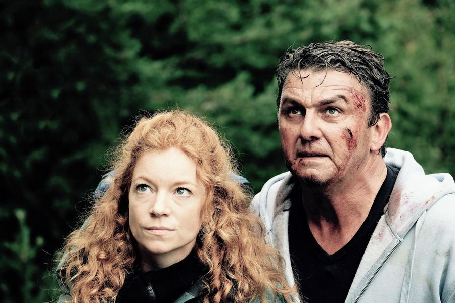 Bergführerin Maja Wendt (Marleen Lohse) unterstützt Rechtsanwalt Klaus Burg (Hans Sigl) bei seiner Flucht vor der Polizei.