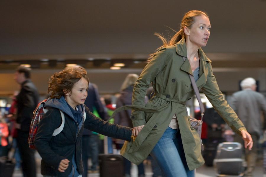 Sarah (Lisa Maria Potthoff, r.) und Lino (Aaron Kissiov, l.) kommen aus dem Restaurant und laufen zum Bahnsteig in Verbindung mit der Sendung bei Nennung ZDF/FrÈdÈric Batier