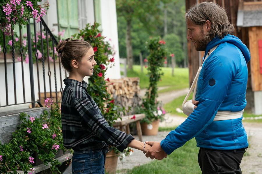 Die Bergretter: Mia (Mia-Sophie Ballauf) ist erleichtert, dass Markus (Sebastian Strˆbel) wieder zu Hause ist.
