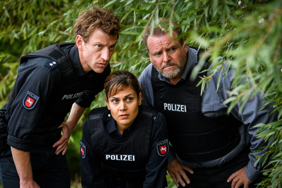 FRIESLAND: Henk Cassens (Maxim Mehmet), Süher Özlügül (Sophie Dal) und Kriminalhauptkommissar Brockhorst (Felix Vörtler)