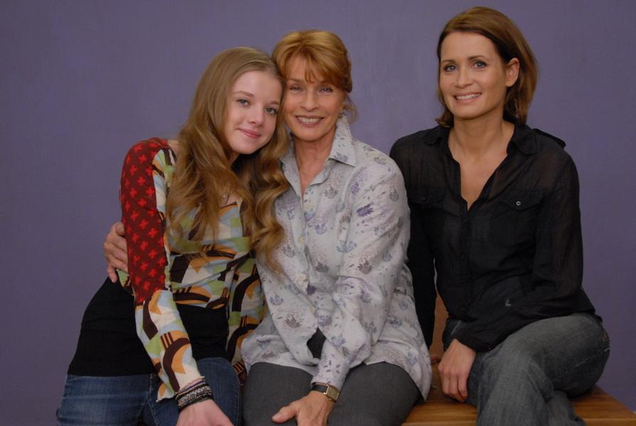 """Das einzigartige Frauentrio in """"Mama kommt!"""": Jette Fischer (Jella Haase, l.), Luise Fischer (Senta Berger, M.)und Christiane Fischer (Anja Kling, r.)."""